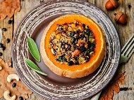 Рецепта Пълнена тиква с ориз, черен боб, царевица, гъби, стафиди и кашу печена на фурна